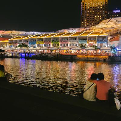 「カラフルな店先とカップル(シンガポール)」の写真素材