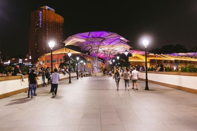 人で賑わうシンガポールの観光地(夜間)の写真