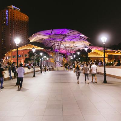 「人で賑わうシンガポールの観光地(夜間)」の写真素材