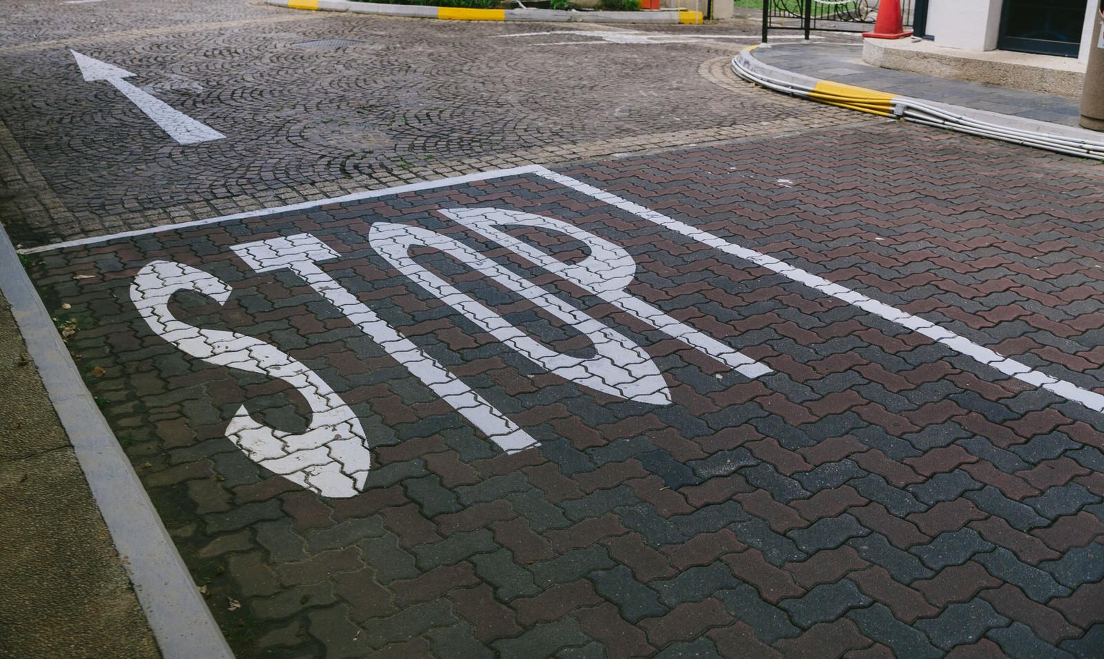 「STOPの道路表示STOPの道路表示」のフリー写真素材を拡大