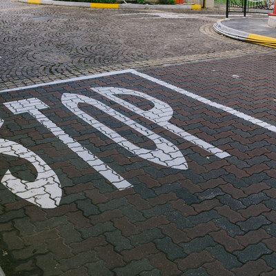 STOPの道路表示の写真