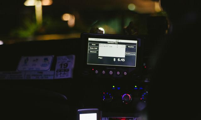 タクシーの精算(シンガポール)の写真