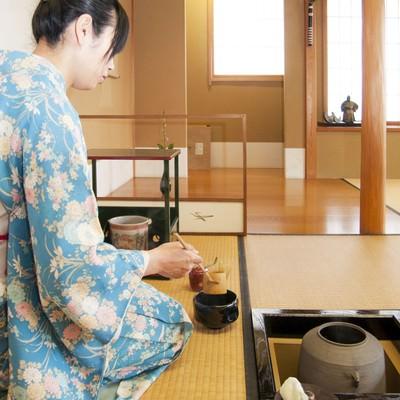 「お茶を点てる女性」の写真素材