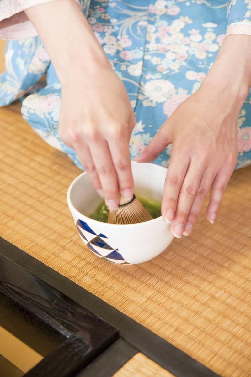 「お茶を点てる(手元)」の写真