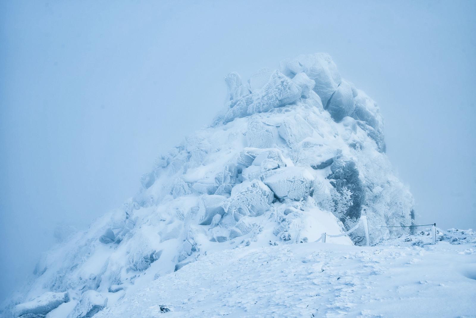 「吹雪に耐える岩峰」の写真