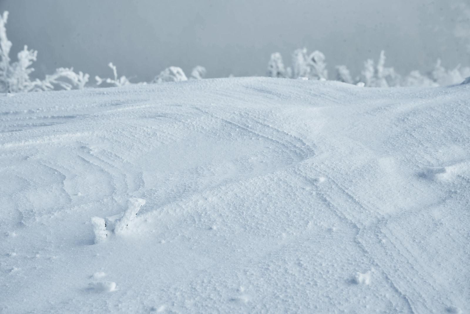 「雪上に出来る波形の紋様(シュカブラ)」の写真