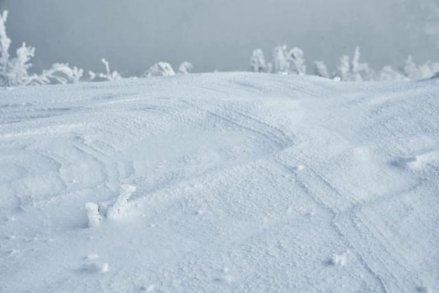 雪上に出来る波形の紋様(シュカブラ)の写真