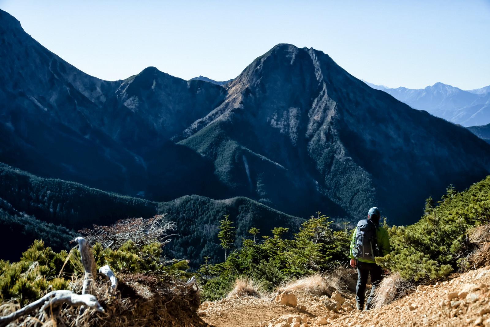 「阿弥陀岳を拝む登山者」の写真