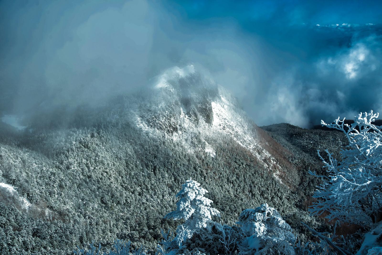 「霧に包まれる稲子岳(長野県)」の写真