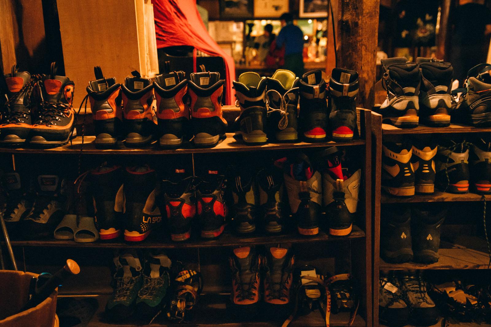 「山小屋の靴棚に並ぶトレッキングシューズ」の写真
