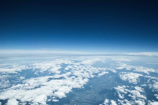 雲を抜けた青空の写真
