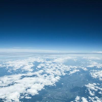 「雲を抜けた青空」の写真素材
