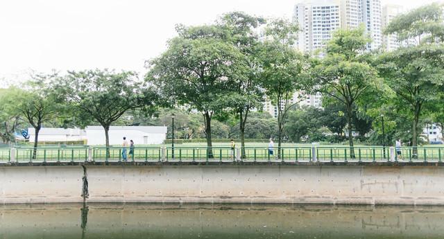 川沿いを散歩する人の写真