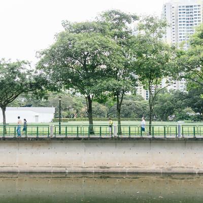 「川沿いを散歩する人」の写真素材