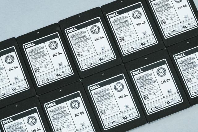 並べられた複数台のSSD 250GBの写真