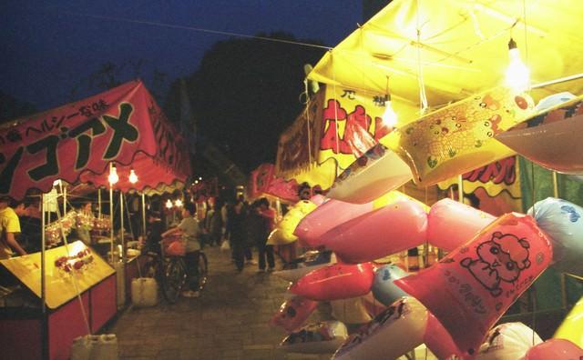 深夜の祭りの屋台の写真