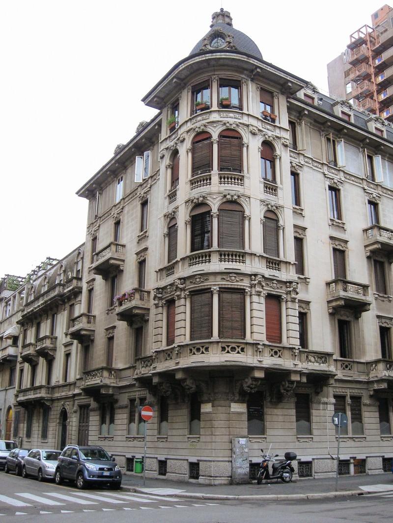 「ミラノの通りの角に面した歴史を感じる建物(イタリア)」の写真