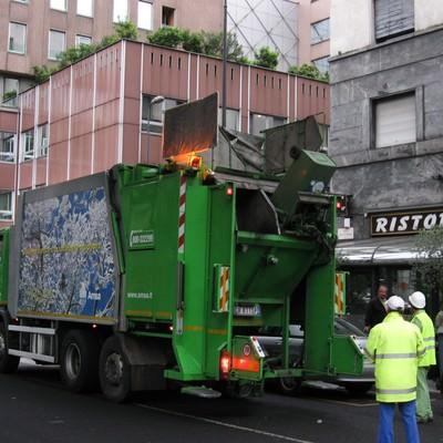 ミラノのゴミ収集車と街並み(イタリア)の写真