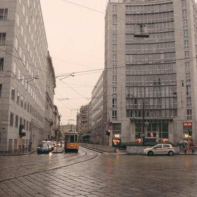 ミラノの道路を走る路面電車と街並み(イタリア)の写真