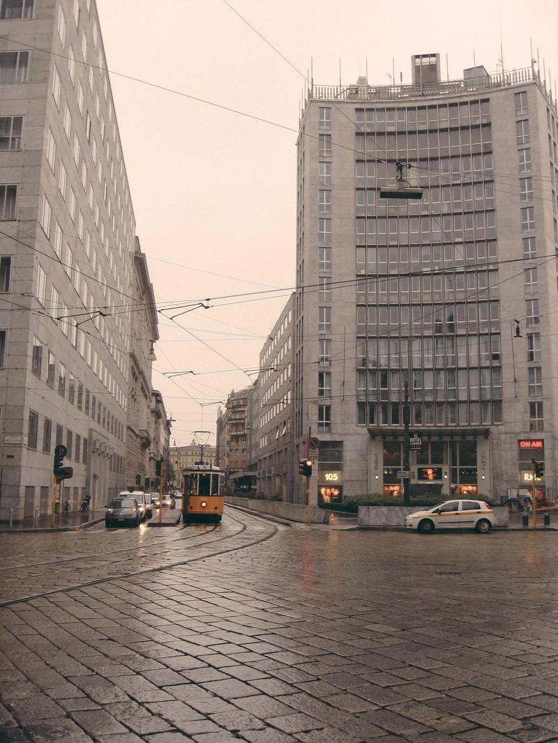 「ミラノの道路を走る路面電車と街並み(イタリア)」の写真