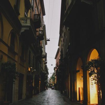 ショップの明かりで灯されるミラノのブランド通り(イタリア)の写真
