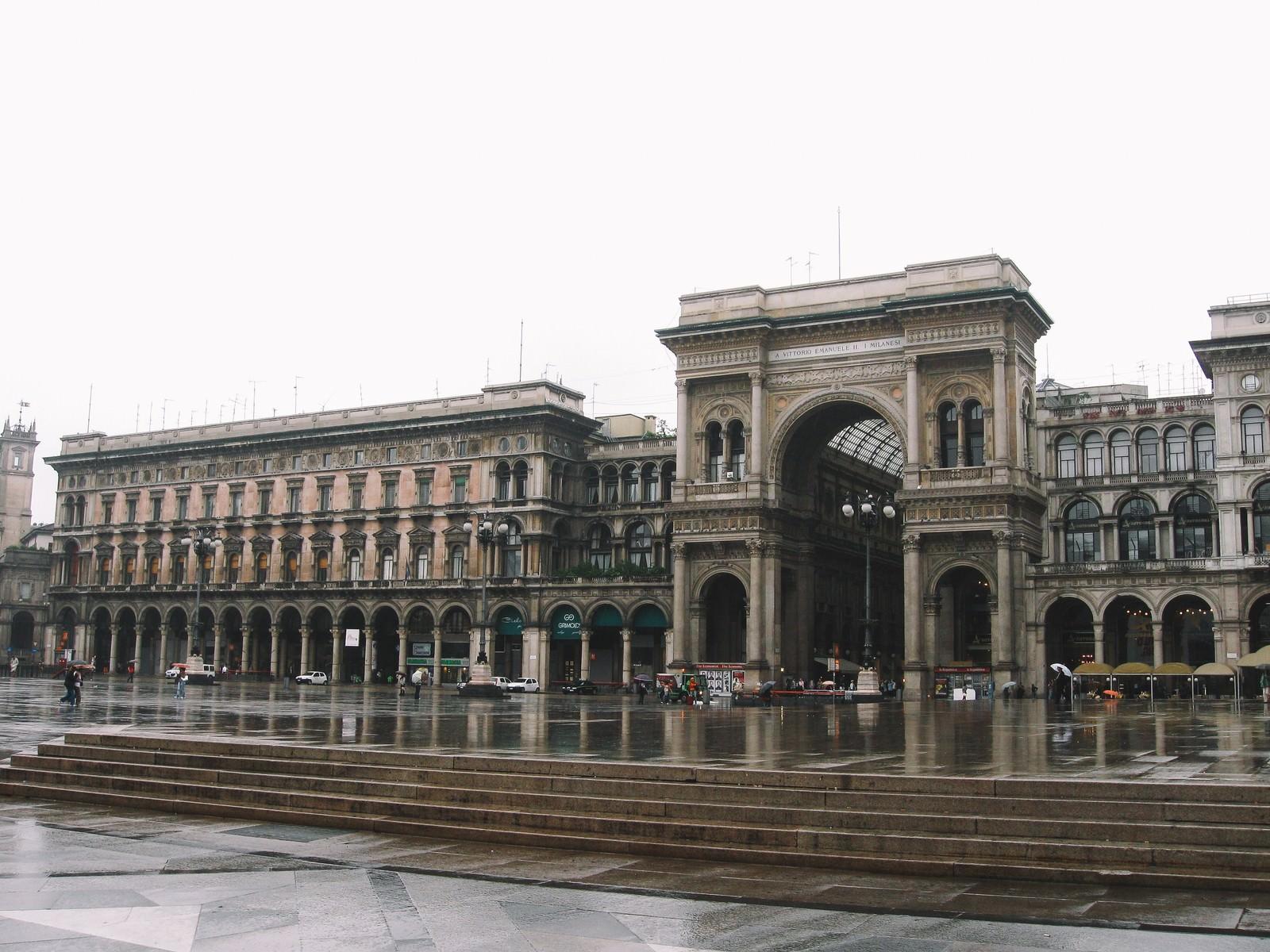 「ミラノのアーケード街の入り口広場(イタリア)」の写真