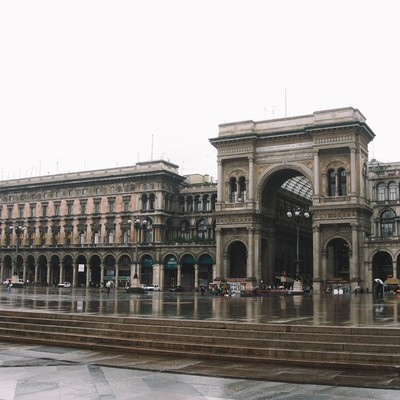 ミラノのアーケード街の入り口広場(イタリア)の写真
