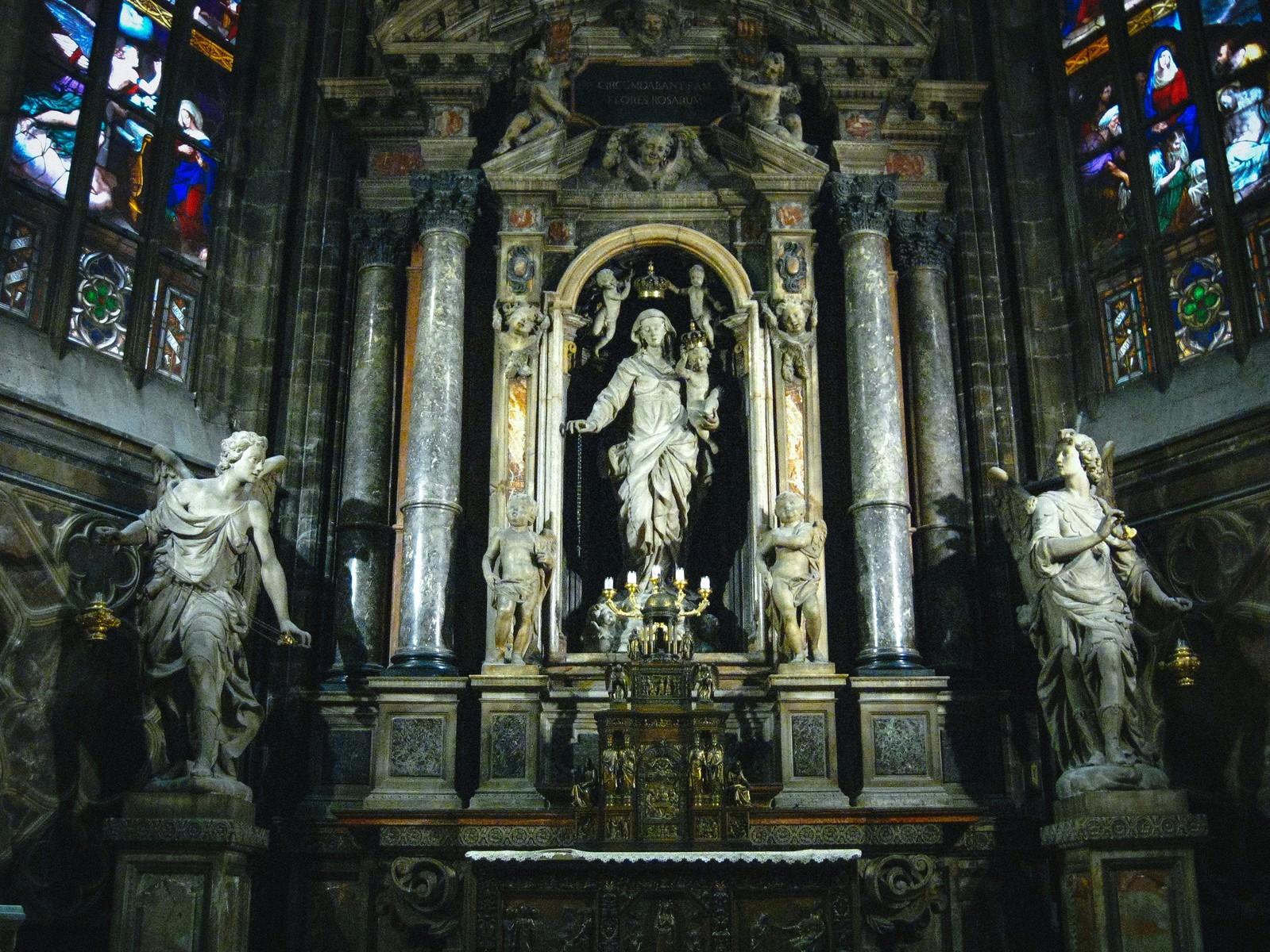 「ミラノの大聖堂にある女神像とステンドグラス(サンタ マリア ナシェンテ教会)」の写真