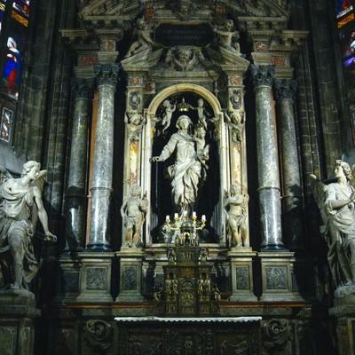 ミラノの大聖堂にある女神像とステンドグラス(サンタ マリア ナシェンテ教会)の写真