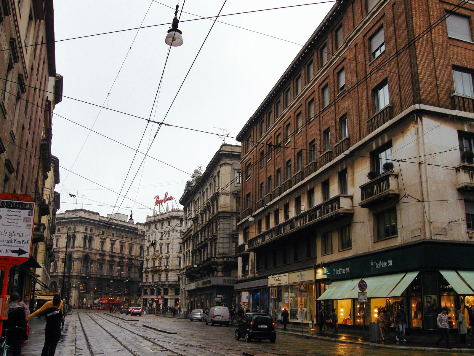 「街角にあるレンガ造りの建物とミラノの街並み(イタリア)」の写真