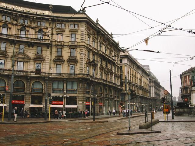 ミラノの通りと共に張りめぐる電線と街並み(イタリア)の写真