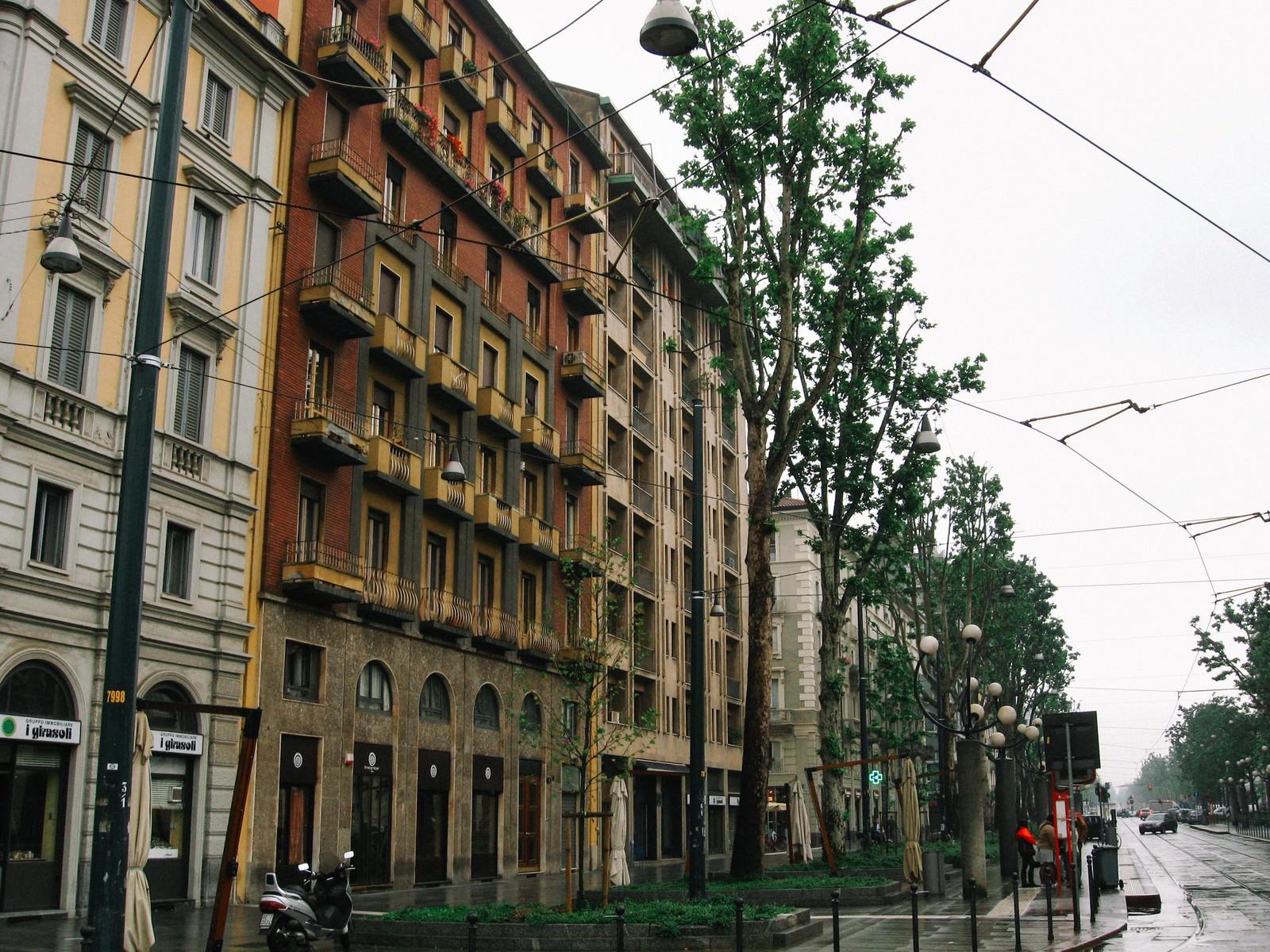 「道路沿いに立ち並ぶ外国の建物(イタリア)」の写真