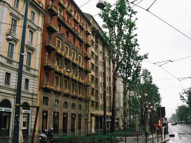 道路沿いに立ち並ぶ外国の建物(イタリア)の写真