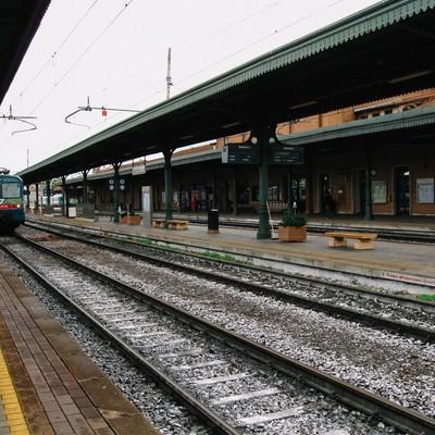 マントヴァ駅のホームに停車中の電車(イタリア)の写真