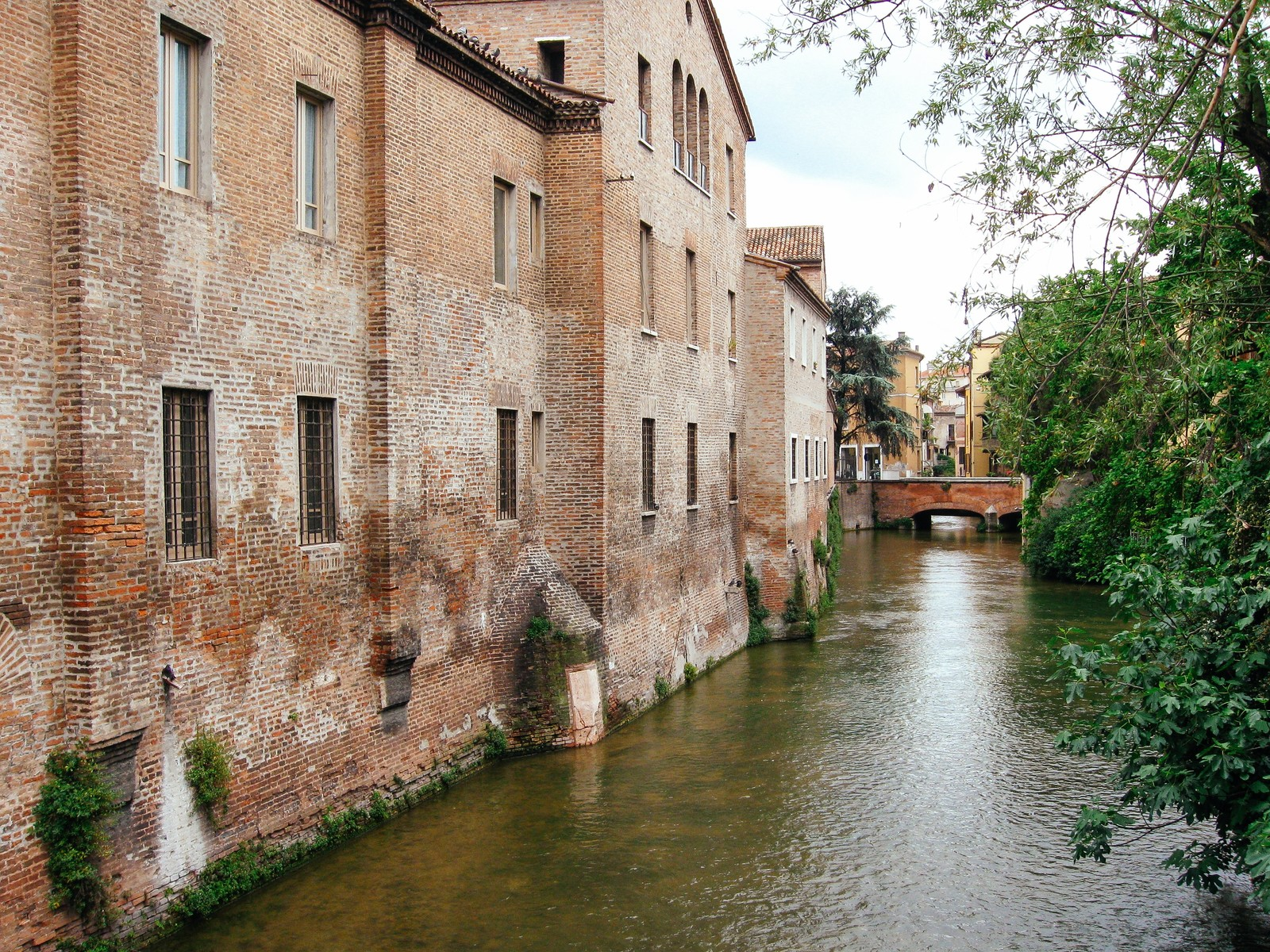 「マントヴァの水路沿いに立ち並ぶ建造物(イタリア)」の写真