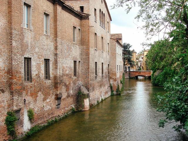 マントヴァの水路沿いに立ち並ぶ建造物(イタリア)の写真