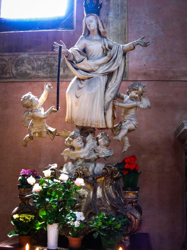 女神像と天使像に備えられた花の写真