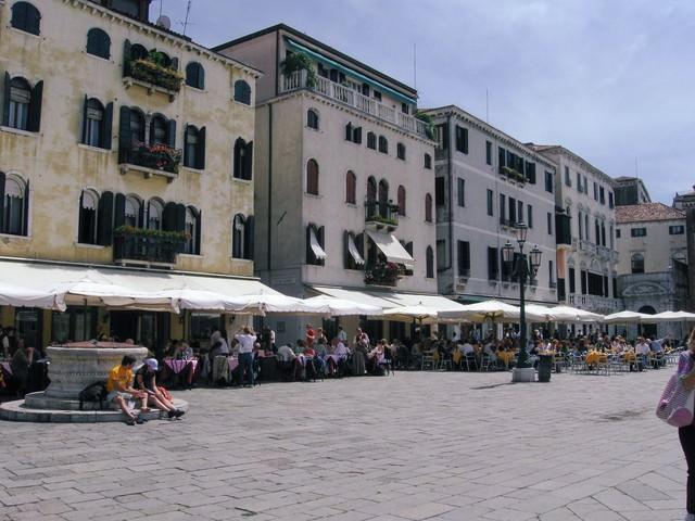 ヴェネツィアの広場にあるレストランのテラス席(イタリア)の写真