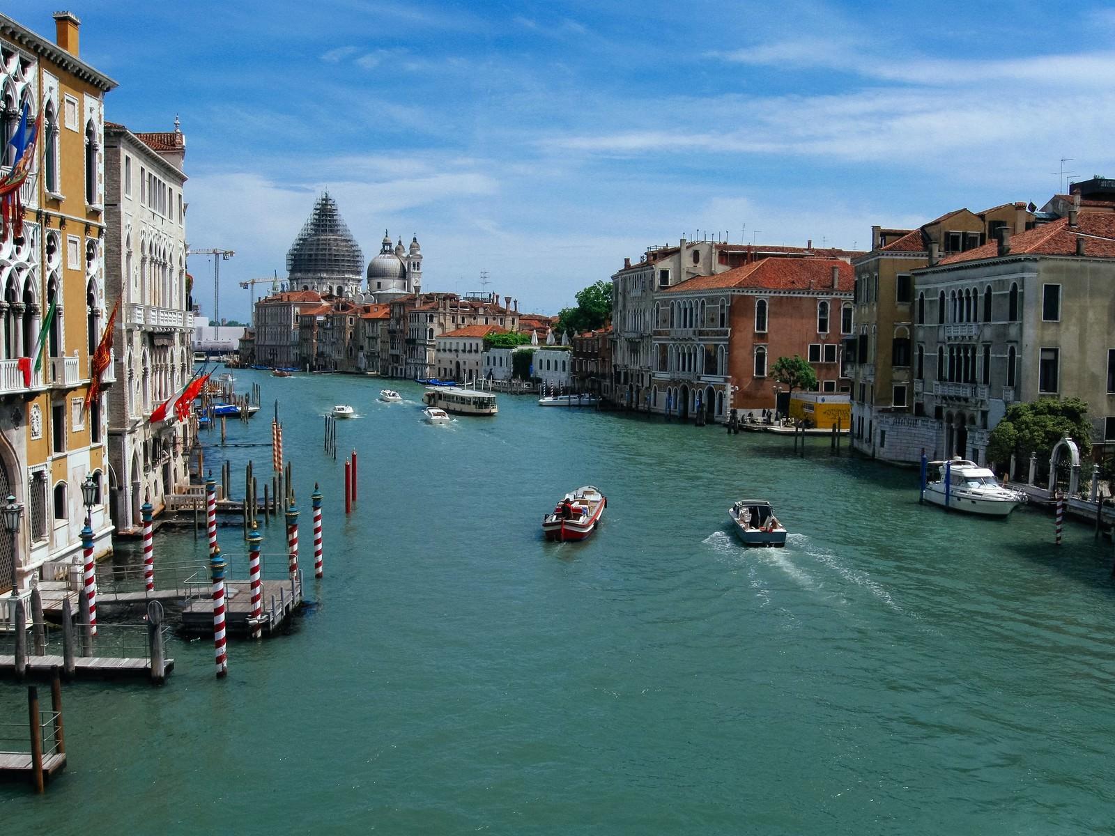 「ヴェネツィアの水路を行き交うボートと街並み(イタリア)」の写真