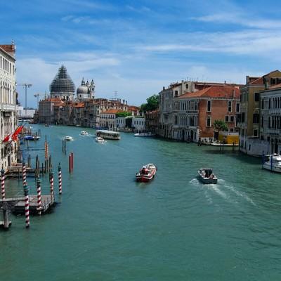 ヴェネツィアの水路を行き交うボートと街並み(イタリア)の写真