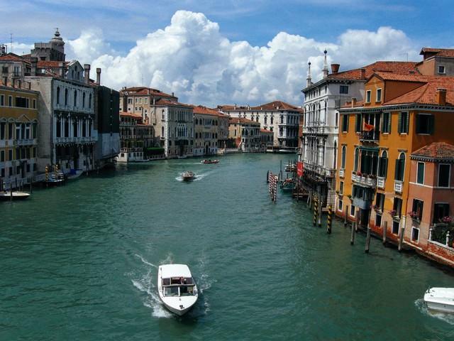 ヴェネツィアの街並みと川を走るボート(イタリア)の写真
