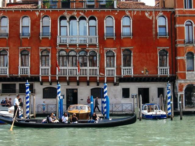 ヴェネツィアにある川の船着場に停まるゴンドラ(イタリア)の写真
