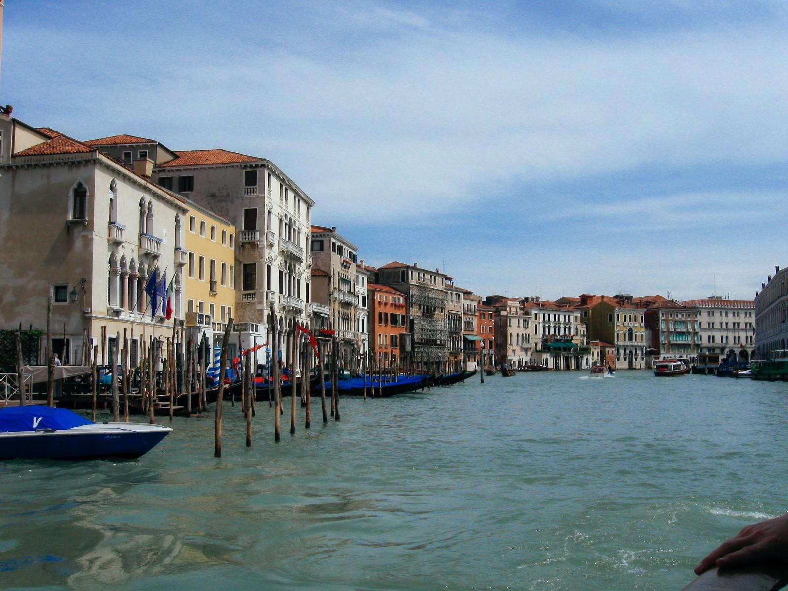 「ヴェネツィアの水路にある船着場と街並み(イタリア)」の写真