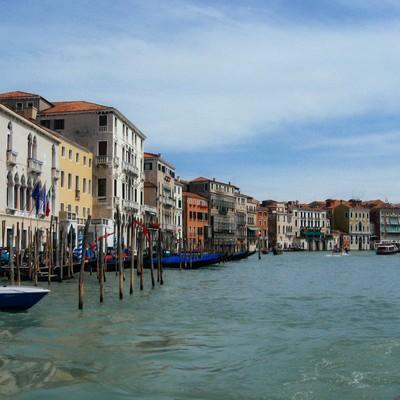 ヴェネツィアの水路にある船着場と街並み(イタリア)の写真