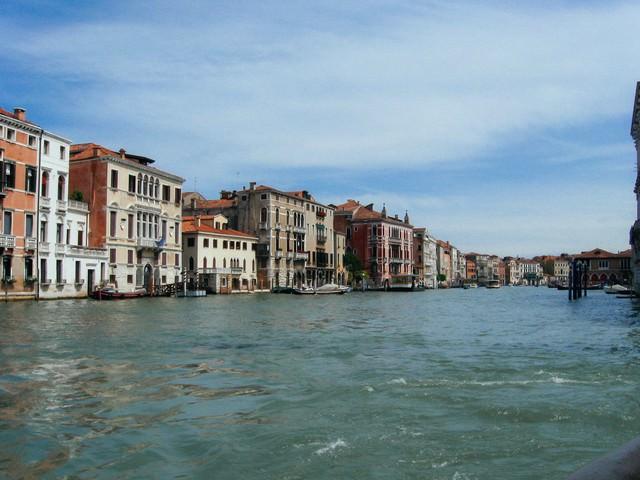 ヴェネツィアの街並みと水路(イタリア)の写真