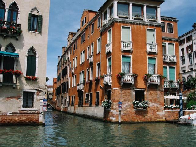 ヴェネツィアの水路沿いに建つレンガ造りの建物(イタリア)の写真
