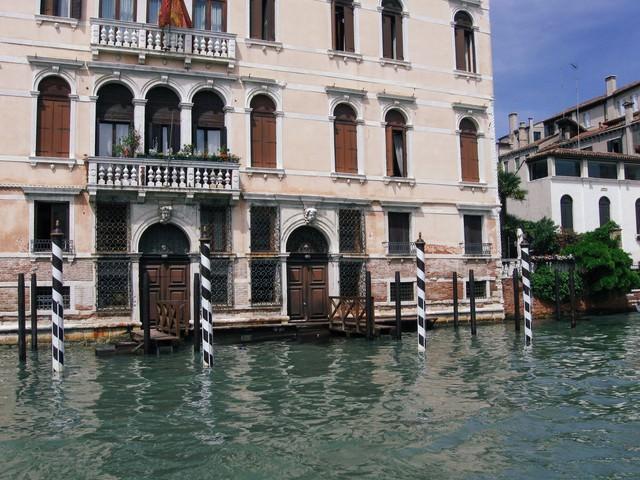 ヴェネツィアを流れる川沿いにある建物の扉と窓(イタリア)の写真