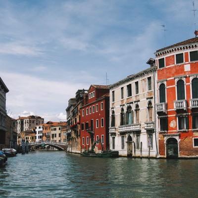 ヴェネツィアにある川に浮かぶ小船と街並み(イタリア)の写真