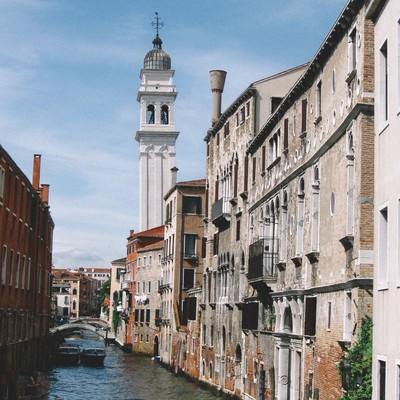 ヴェネツィアを流れる水路とレンガ造りの建物(イタリア)の写真