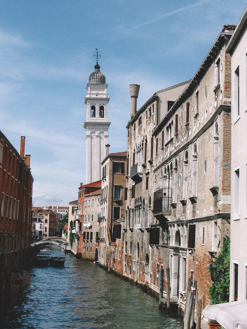 「ヴェネツィアを流れる水路とレンガ造りの建物(イタリア)」の写真